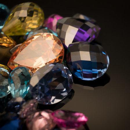 Poolvääriskivid-kuidas puhastada ja laadida kristalle ja ehteid
